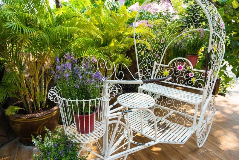葡萄酒庭院装饰的庭院自行车 库存照片