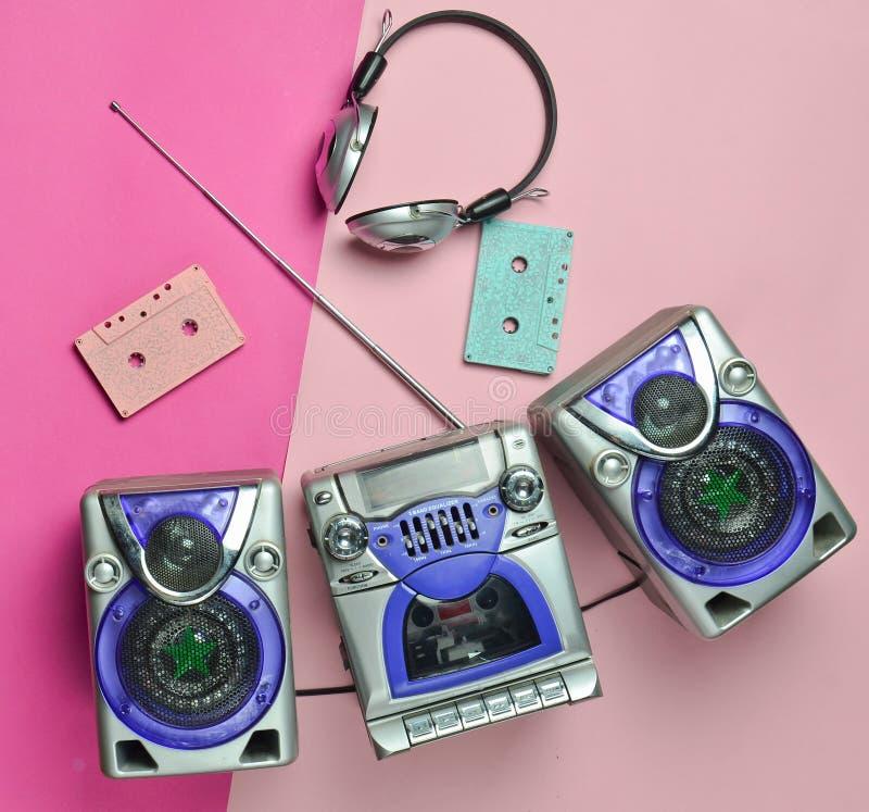 葡萄酒录音机,无线耳机,在淡色背景的卡型盒式录音机 顶视图,平的位置 免版税库存照片