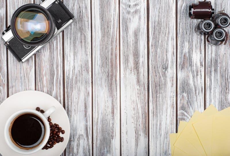 葡萄酒影片照相机和影片用咖啡 免版税库存图片
