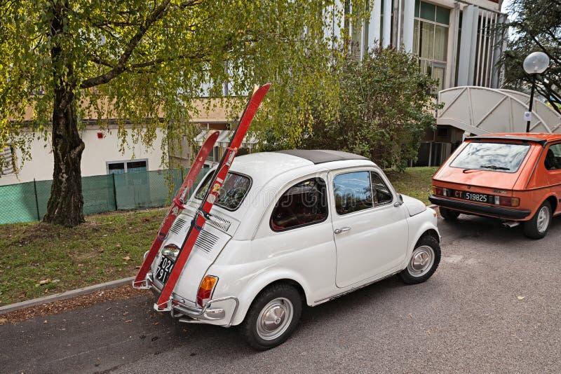 葡萄酒意大利汽车与滑雪机架的菲亚特500 免版税库存图片