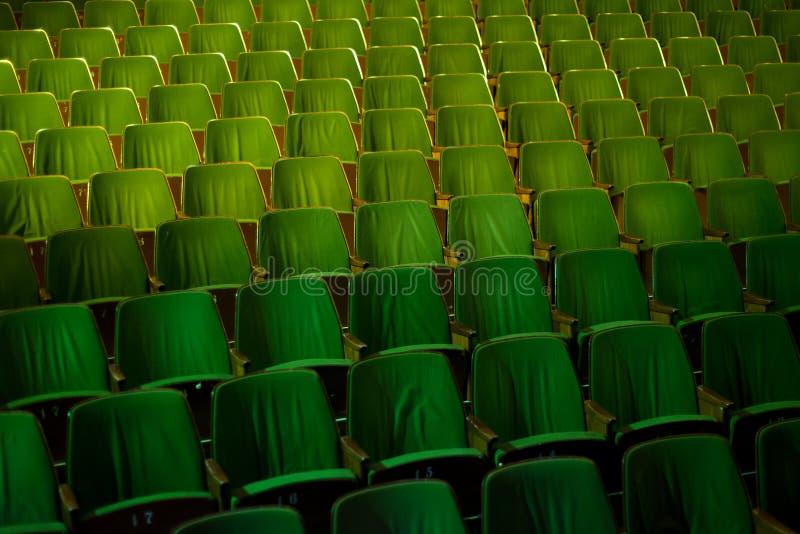 葡萄酒戏院剧院电影观众减速火箭的就座位子, 50s 60s绿色,没人 库存图片