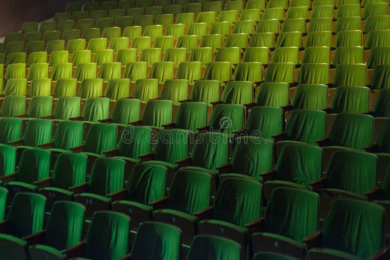 葡萄酒戏院剧院电影观众减速火箭的就座位子, 50s 60s绿色,没人 免版税库存图片