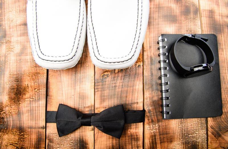 葡萄酒或减速火箭的样式 与手表和笔记本的蝶形领结 为男人设置的绅士 时装配件 企业细节 免版税库存图片