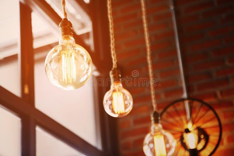 葡萄酒或减速火箭的灯在老墙壁上在家,感到浪漫在老家有减速火箭的光的,照明设备在内部家 免版税库存照片