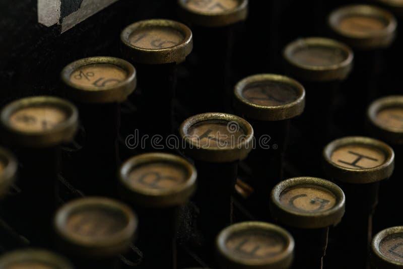 葡萄酒打字机圆钥匙键盘的特写镜头图象 免版税库存图片