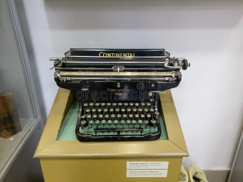 葡萄酒打字机大陆特写镜头 打字机特写镜头 库存照片