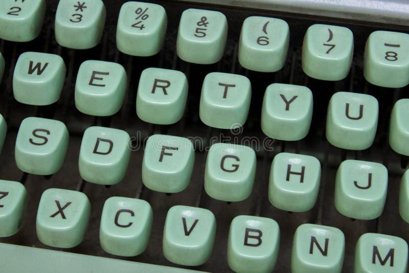 葡萄酒打字机特写镜头的土耳其玉色钥匙与英语字母表的 免版税库存照片