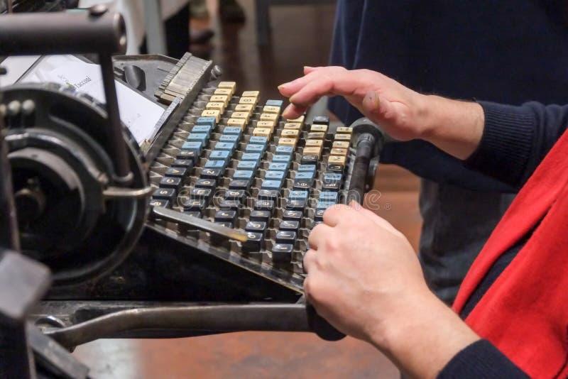 葡萄酒打字机钥匙有很多尘土 库存照片
