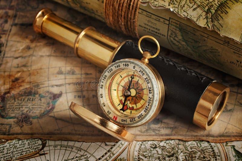 葡萄酒指南针、望远镜和地图 库存照片