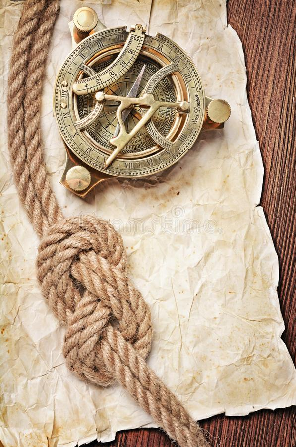 葡萄酒指南针的特写镜头视图和结在减速火箭的被弄脏的纸的绳索 库存图片