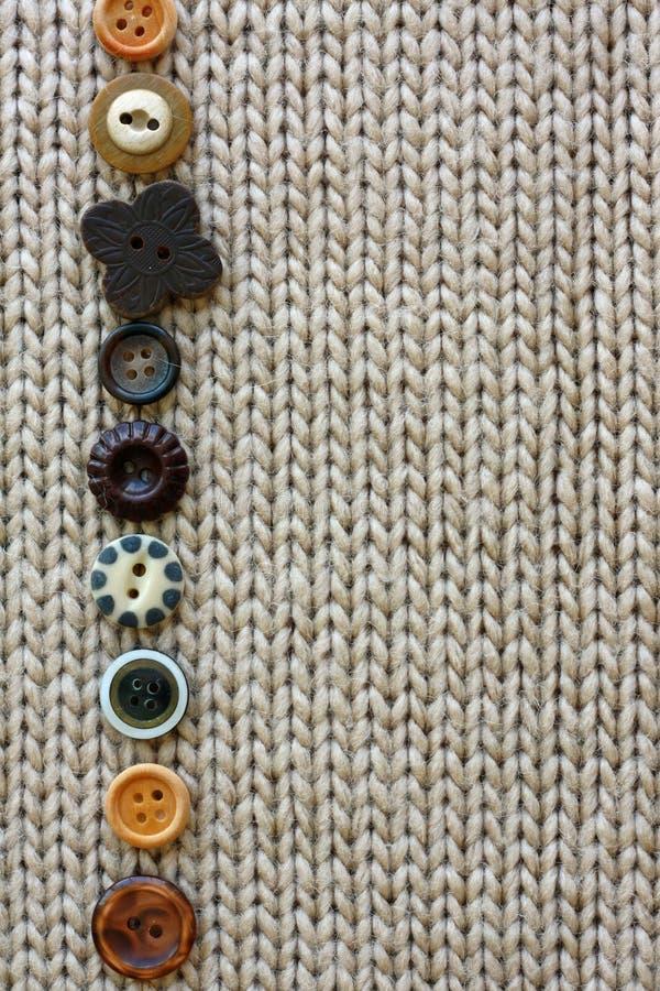 葡萄酒按钮行在软的织品背景排队的 免版税库存图片