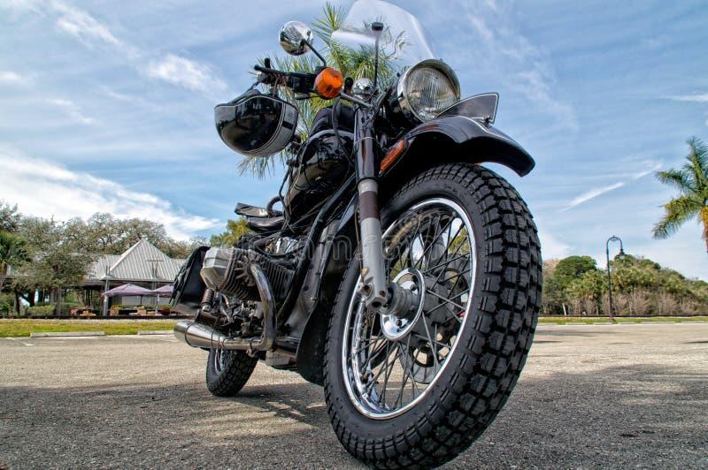 葡萄酒摩托车低角度视图  免版税库存图片