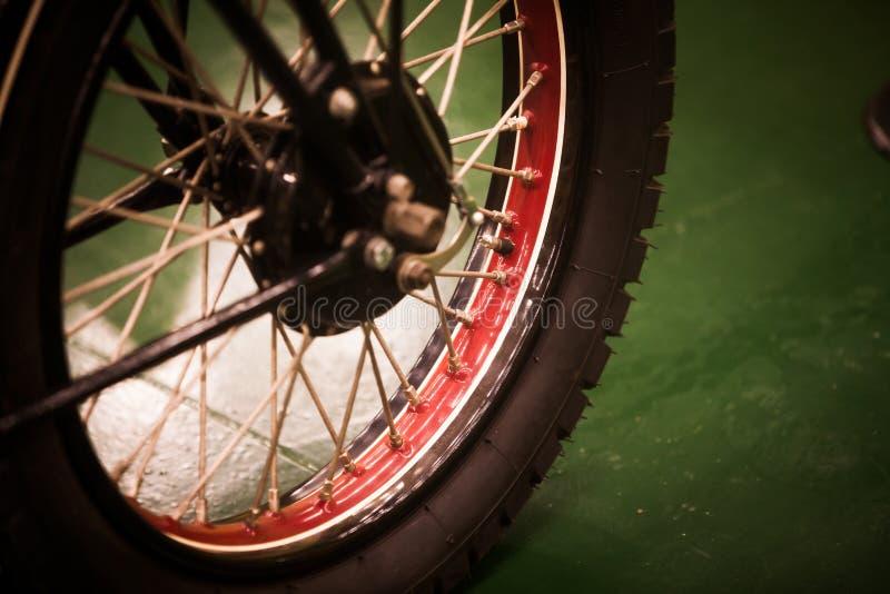 葡萄酒摩托车轮子 库存照片