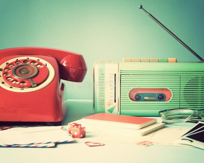 葡萄酒收音机和电话 免版税库存图片