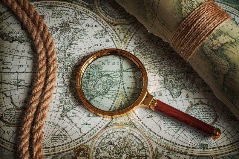 葡萄酒放大镜、绳索和老地图 库存照片