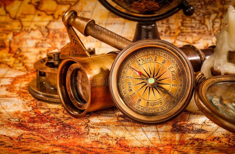 葡萄酒放大镜在一张古老世界地图说谎 免版税图库摄影