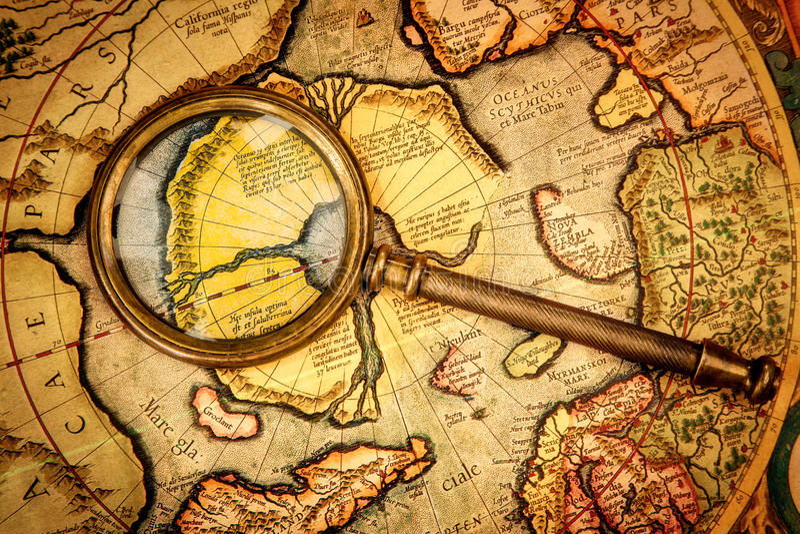 葡萄酒放大镜在北部Po的古老地图说谎 免版税图库摄影