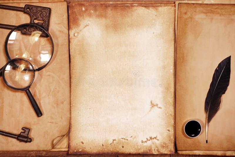 葡萄酒文字设置了与在棕色木纹理的老纸与羽毛和墨水 库存照片