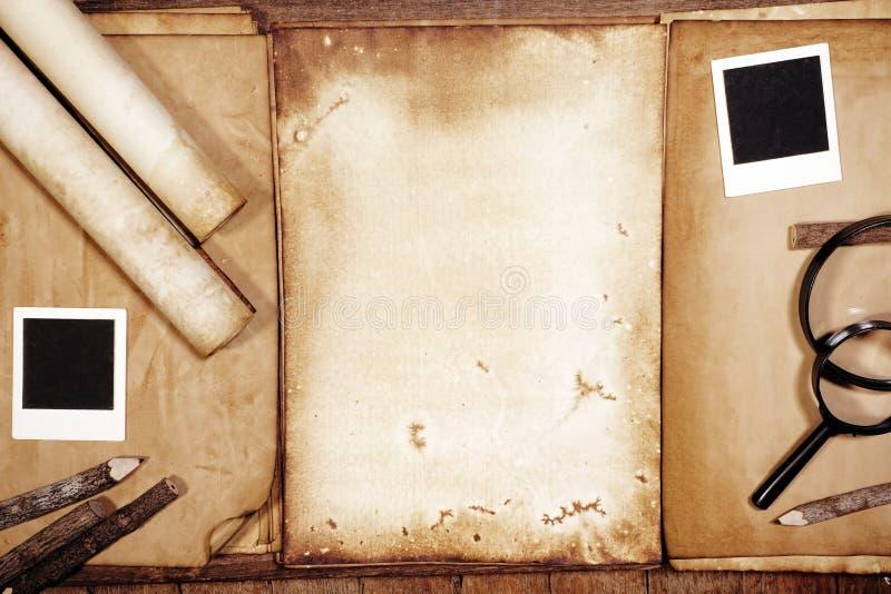 葡萄酒文字设置了与在棕色木纹理的老纸与羽毛和墨水 免版税库存照片