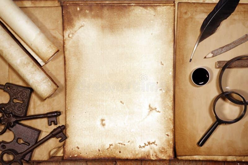 葡萄酒文字设置了与在棕色木纹理的老纸与羽毛和墨水 库存图片