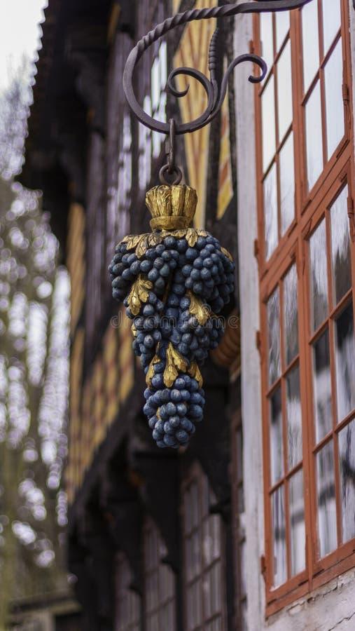 葡萄酒旅馆标志 免版税库存照片