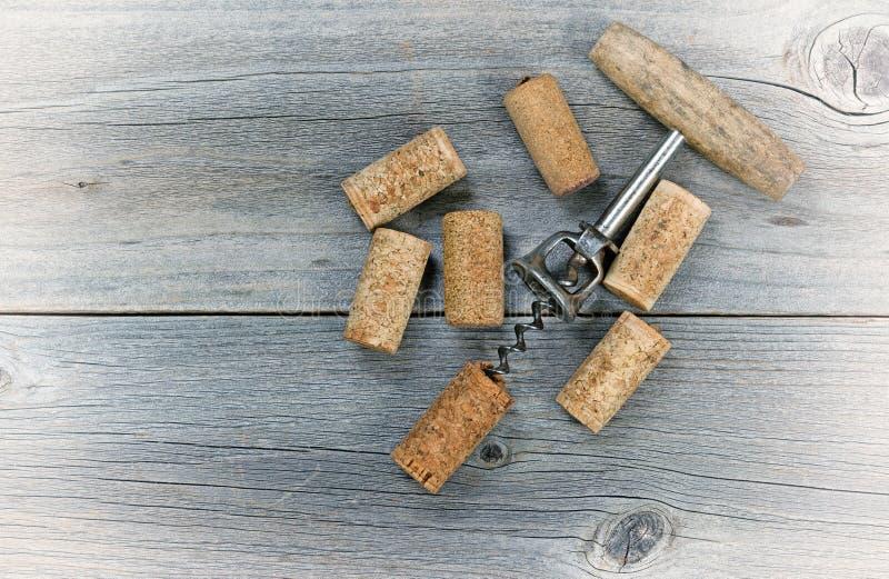 葡萄酒有使用的黄柏的酒拔塞螺旋 免版税图库摄影