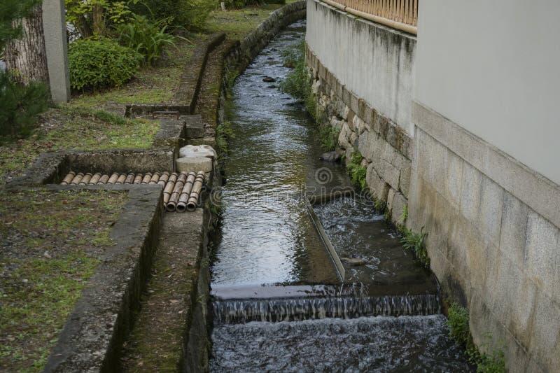 葡萄酒有具体床的河运河和流动的水细节在京都,日本 库存照片