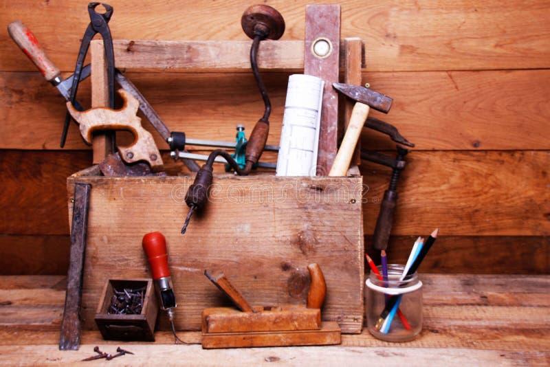 葡萄酒有古老工具的木匠业车间 免版税库存图片