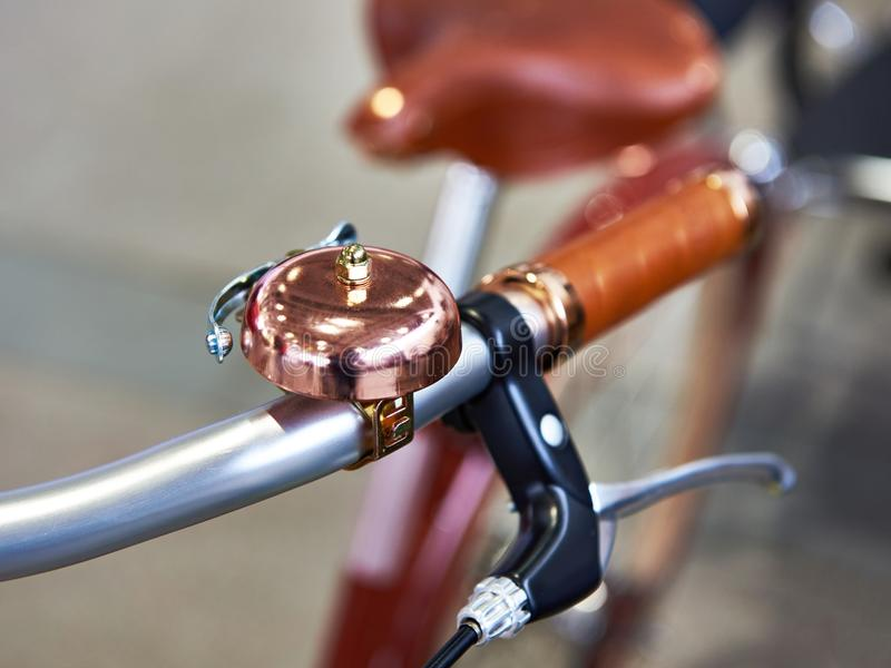 葡萄酒有响铃和刹车杆的自行车把柄 库存照片