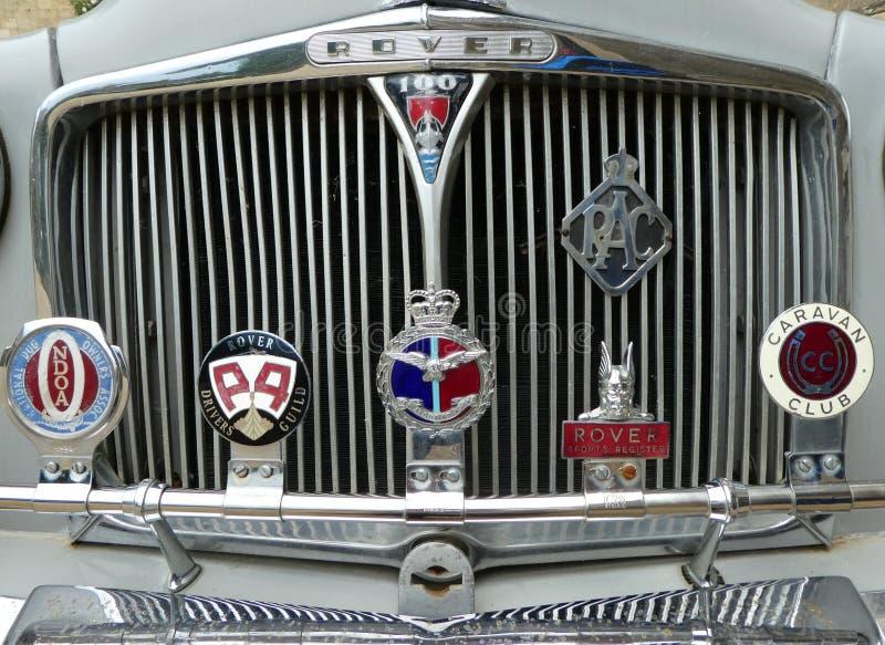 葡萄酒有徽章的流浪者汽车在前面格栅 库存图片