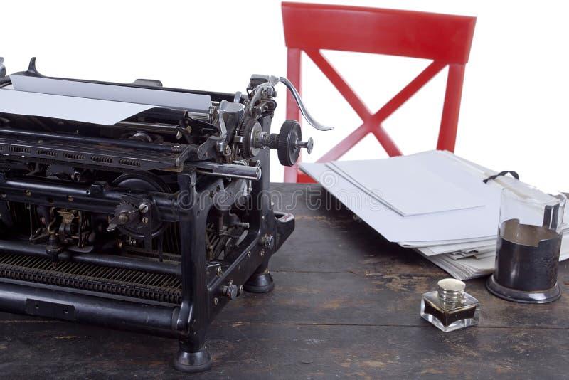 葡萄酒有打字机的工作场所秘书 免版税库存图片