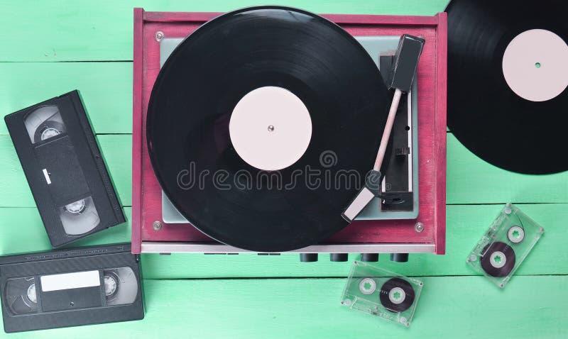 葡萄酒有板材的乙烯基球员,录象带,卡型盒式录音机 免版税库存图片