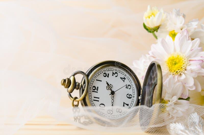 葡萄酒有菊花花和白色鞋带的项链手表 免版税图库摄影