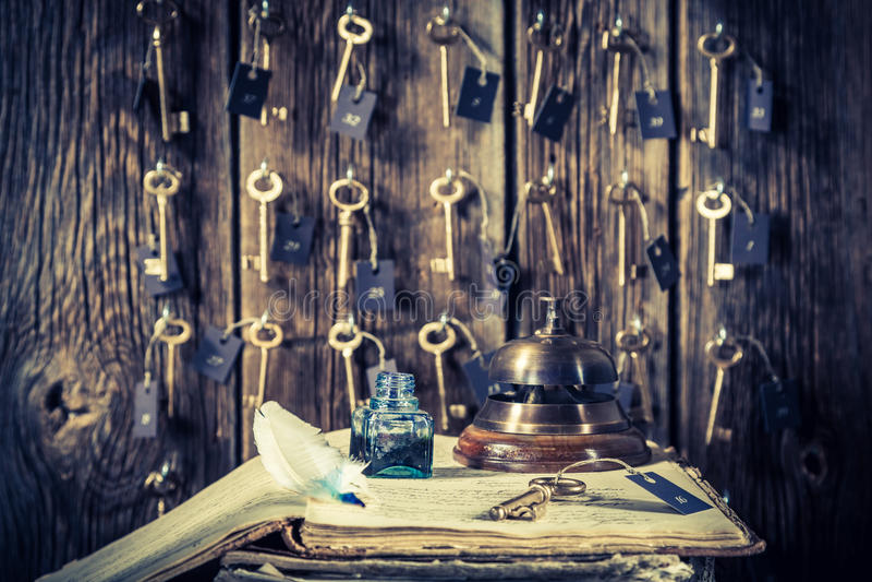 葡萄酒服务台在有钥匙的旅馆里房间和访客留名簿的 库存图片