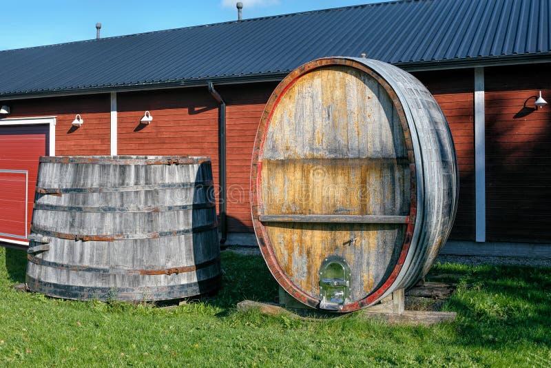葡萄酒木大桶和葡萄酒桶 免版税库存图片