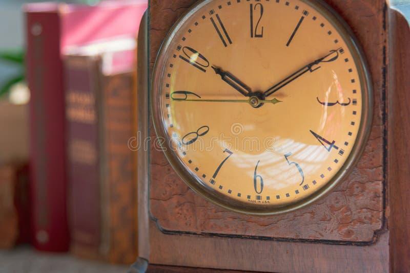葡萄酒木时钟表盘特写镜头  免版税库存图片