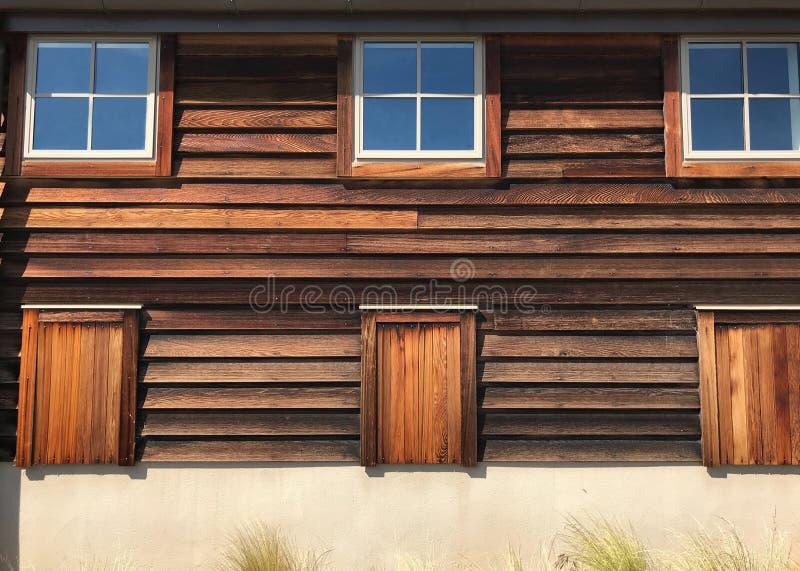 葡萄酒木板盘区墙壁和窗口 土气织地不很细概略的五谷样式木结构材料 免版税库存照片