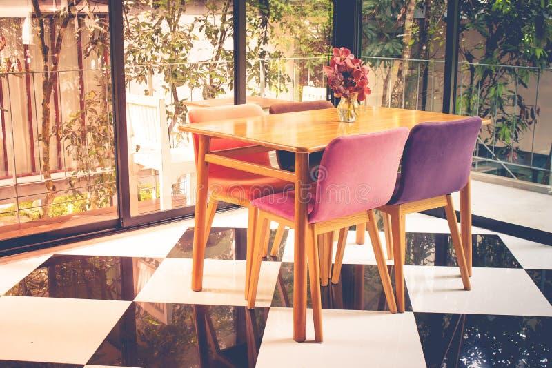 葡萄酒木桌和椅子在方格的样式地板上在客厅 库存图片