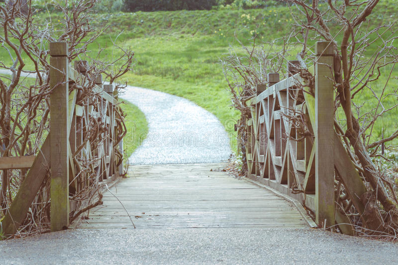 葡萄酒木桥在公园 免版税库存图片