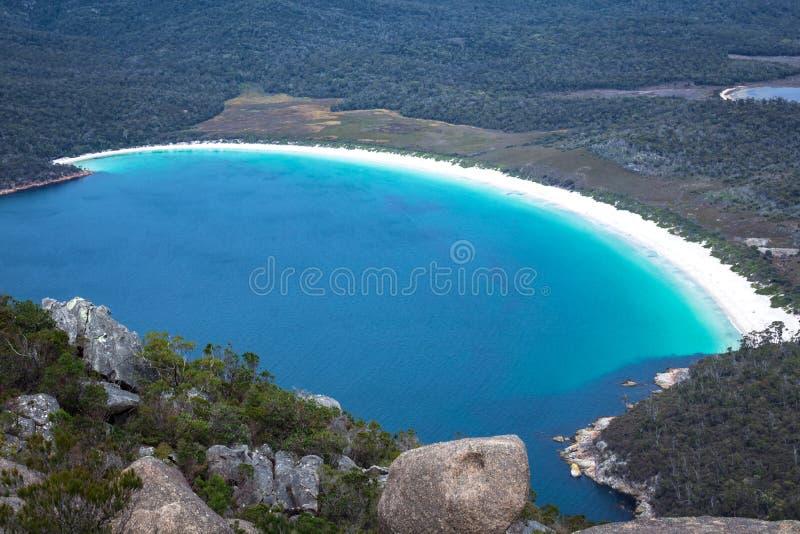 葡萄酒杯海湾概要在从登上Amos监视,东部塔斯马尼亚,澳大利亚的Freycinet国立公园 免版税库存照片