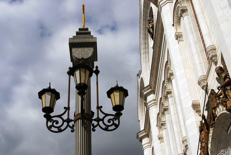 葡萄酒样式横跨蓝天的街灯与云彩 免版税图库摄影