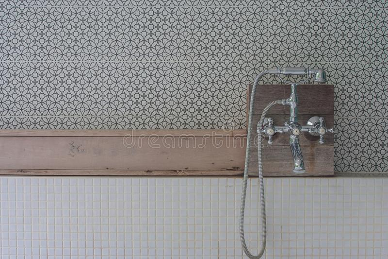 葡萄酒样式淋浴喷头在上面木架子设置了在浴缸在室外卫生间里 库存图片