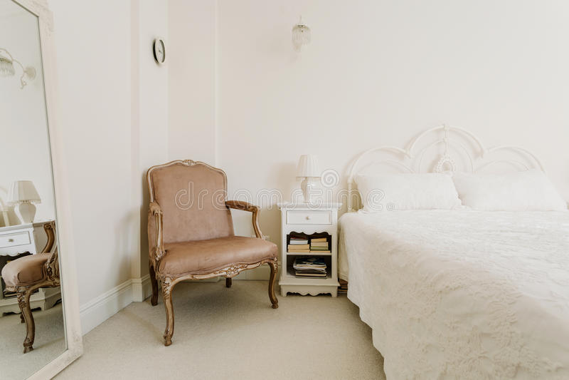 葡萄酒样式的典雅的卧室 免版税库存图片