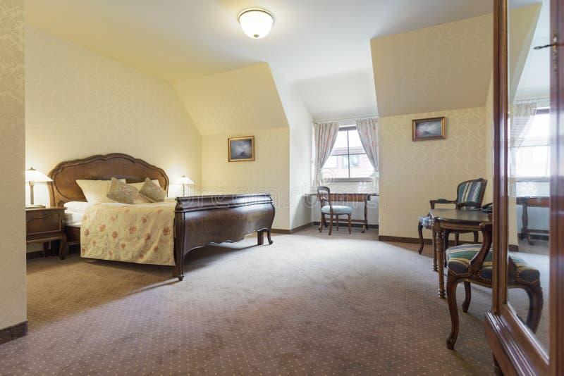 葡萄酒样式的旅馆客房 免版税库存图片