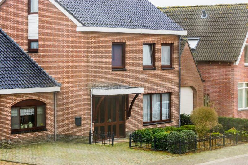 葡萄酒样式的,荷兰家庭外部,房子豪华现代平房在一个小荷兰村庄 免版税库存照片