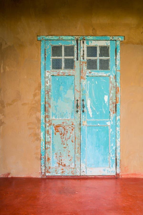 葡萄酒样式老年迈的房子门和窗口 免版税图库摄影