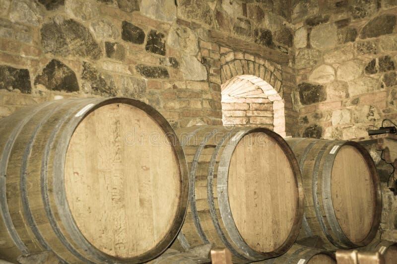 葡萄酒桶在石地窖里 免版税库存图片