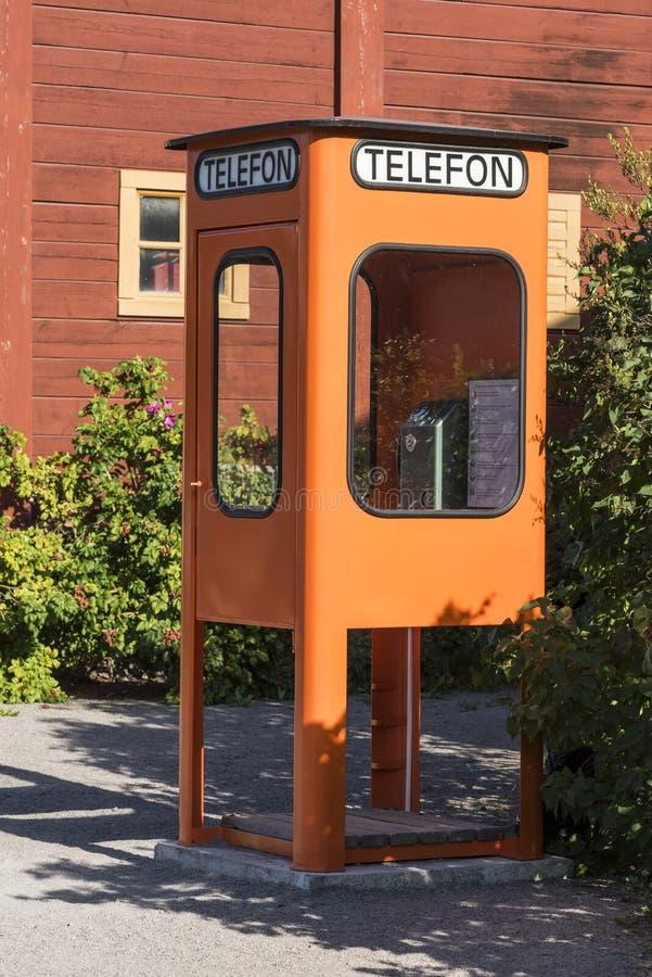 葡萄酒橙色电话亭瑞典 免版税库存照片