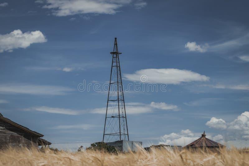 葡萄酒残破的风车塔 库存图片