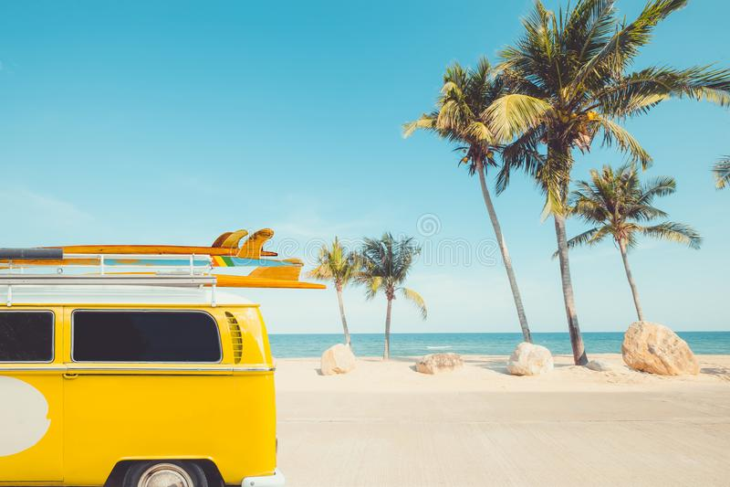 葡萄酒汽车停放了与在屋顶的一个冲浪板 免版税库存照片